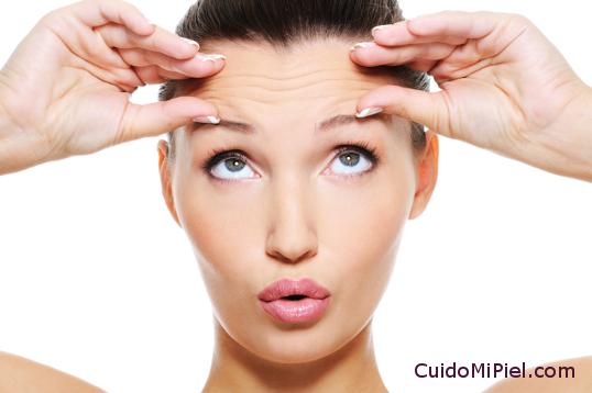 Inquietudes sobre la Piel - Mujer con dudas sobre arrugas en la frente